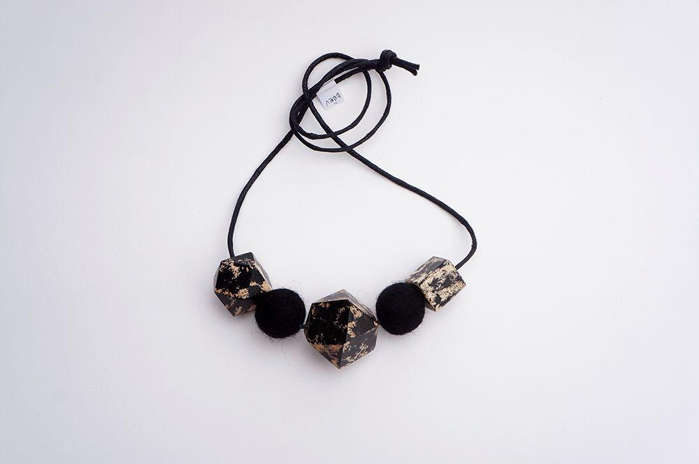 Náhrdelník Dřevohra - černý s plstěnými kuličkami